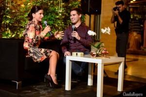 """Entrevista """"Un cambio en ti misma"""". clutch de Teria Yabar - Sandra Marlo, Vestido Chevalier Versso, Joyas Maderas. En la mesita detalle de Perfumerías Julia."""