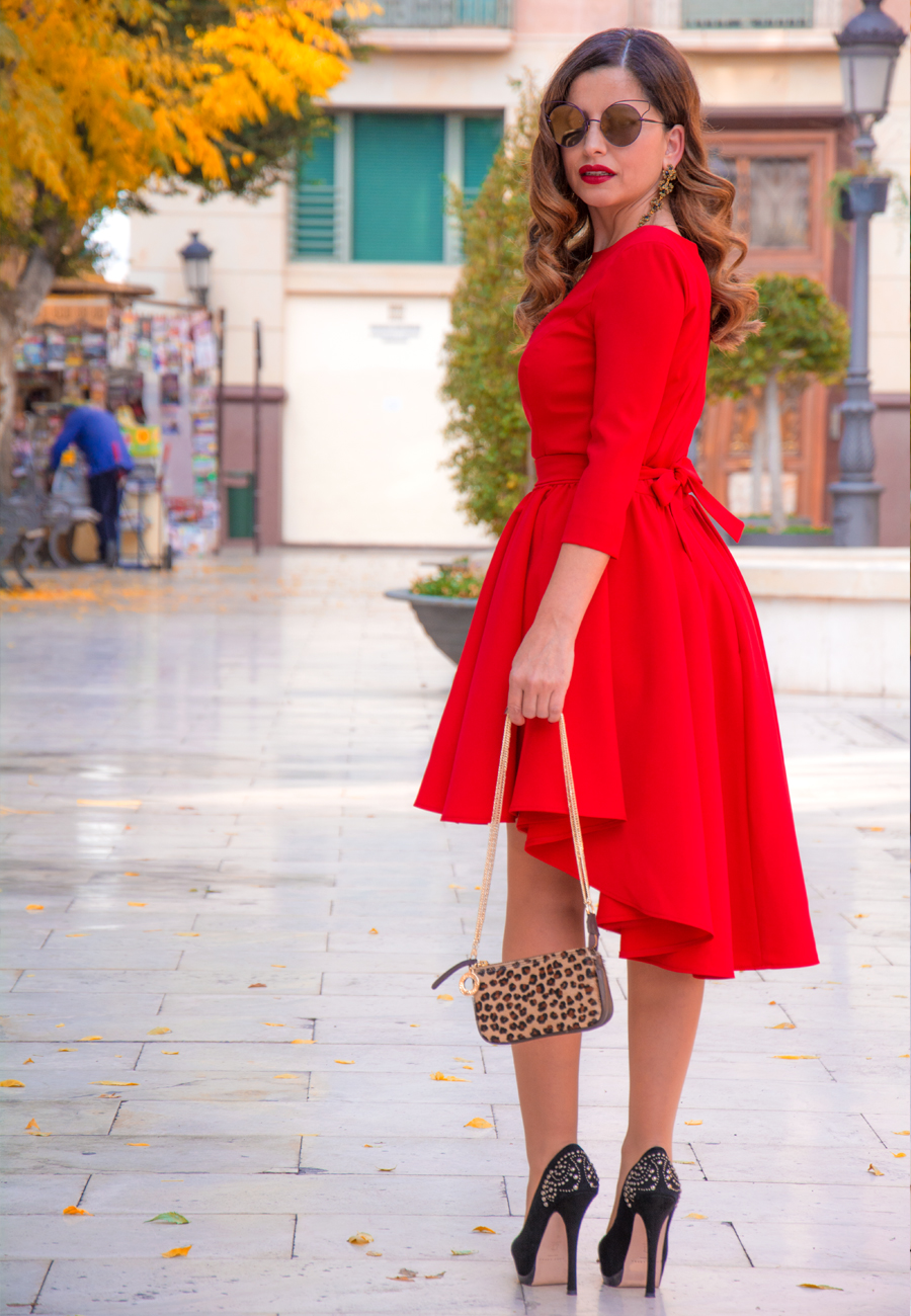 La mujer vestida de rojo