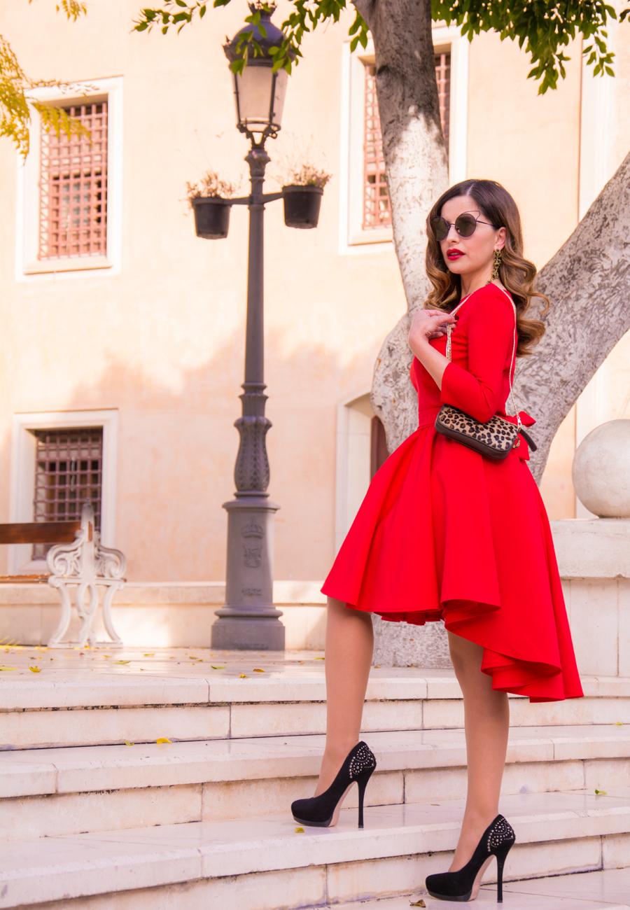 Que significa la mujer vestida de rojo