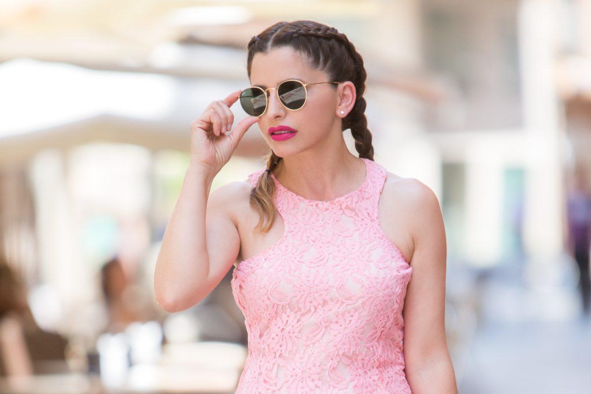 El rosa es para el verano: un outfit sofisticado y arriesgado